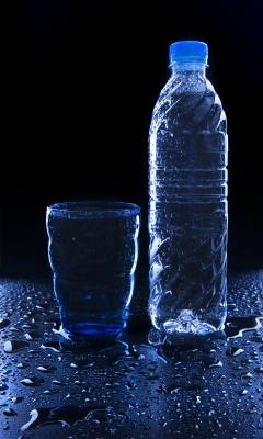 Botella de agua y vaso