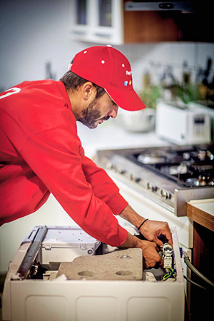 Reparalia's professional technicians, specialists in repairing all kinds of breakdowns in washing machines, refrigerators, dishwashers, ovens, etc.  They tell you how to detect a breakage or breakdown in your appliance and how to quickly and easily repair the problem.