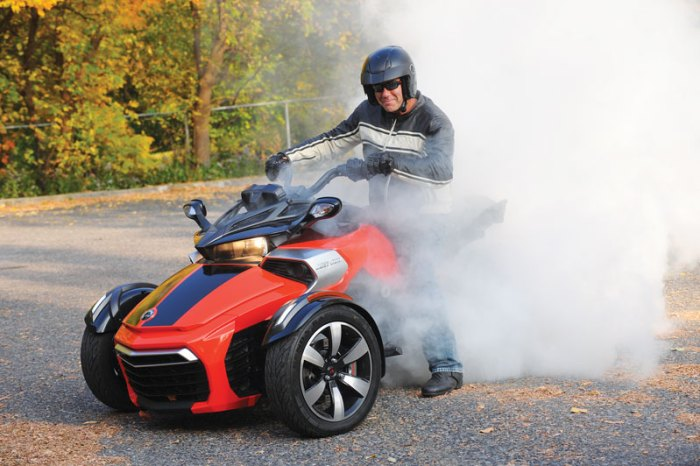 Can-Am Spyder F3 - burn-outs!