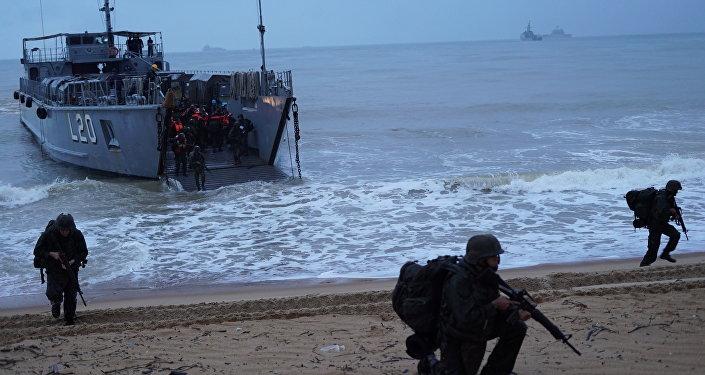 Fuzileiros navais desembarcam na praia e Itaoca (ES) durante a Operação Atlântico