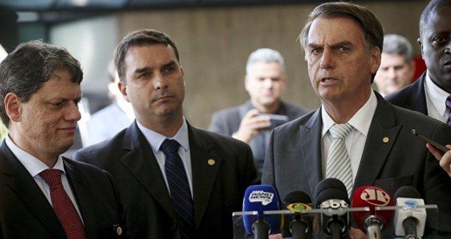 Jair Bolsonaro com o filho Flávio e o novo ministro da Infraestrutura Tarcisio Gomes de Freitas