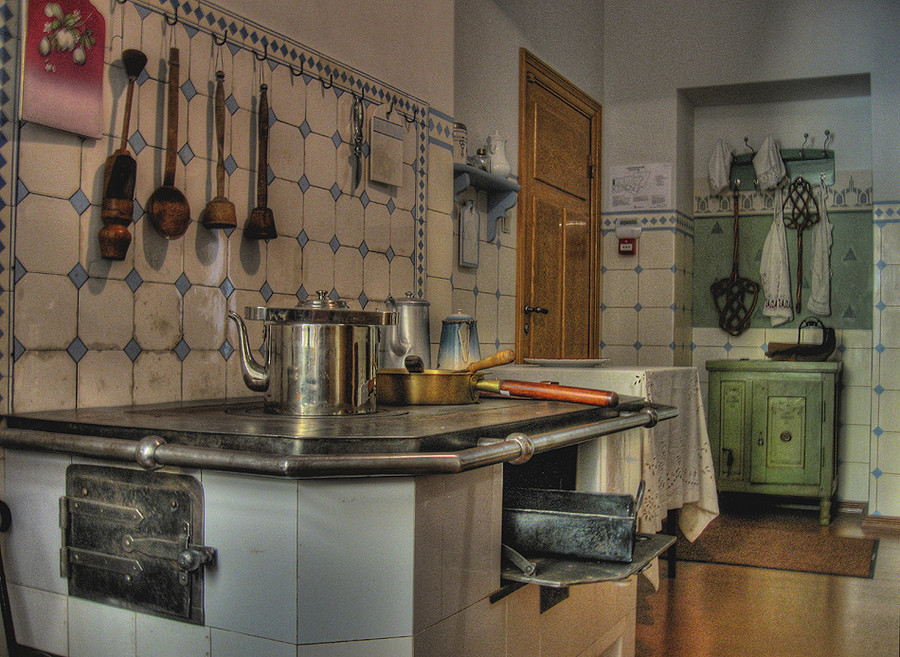 1910 Kitchen  HDR creme