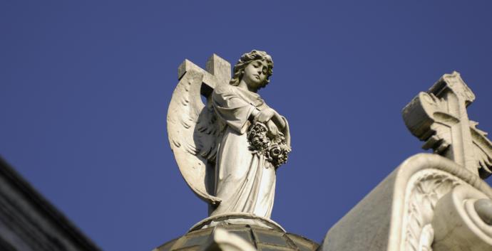 Photo de Godot13, Wikimedia Commons. Un ange dans le cimetière de Recoleta (espagnol : Cementerio de la Recoleta) situé à Buenos Aires, Argentine. Le cimetière est situé à l'église Notre-Dame du Pilar, construite en 1732.