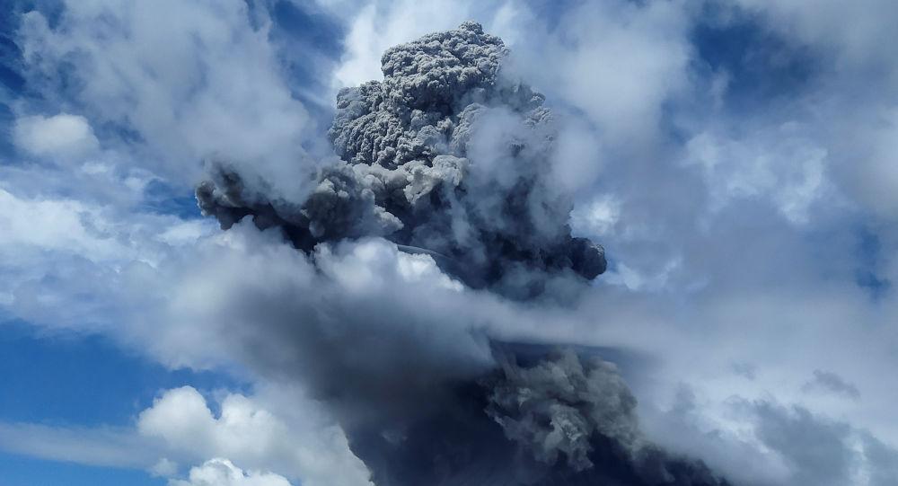 Un nuage de cendres de 5.000 mètres s'élève au-dessus d'un volcan indonésien – vidéos