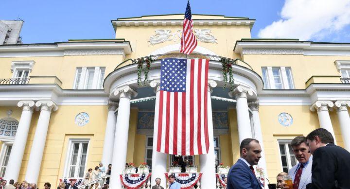 Un homme arrêté après s'être encastré en voiture dans la résidence de l'ambassadeur US à Moscou - vidéo