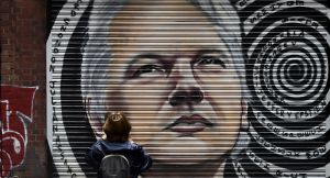 Mélenchon appelle la France à accueillir Julian Assange