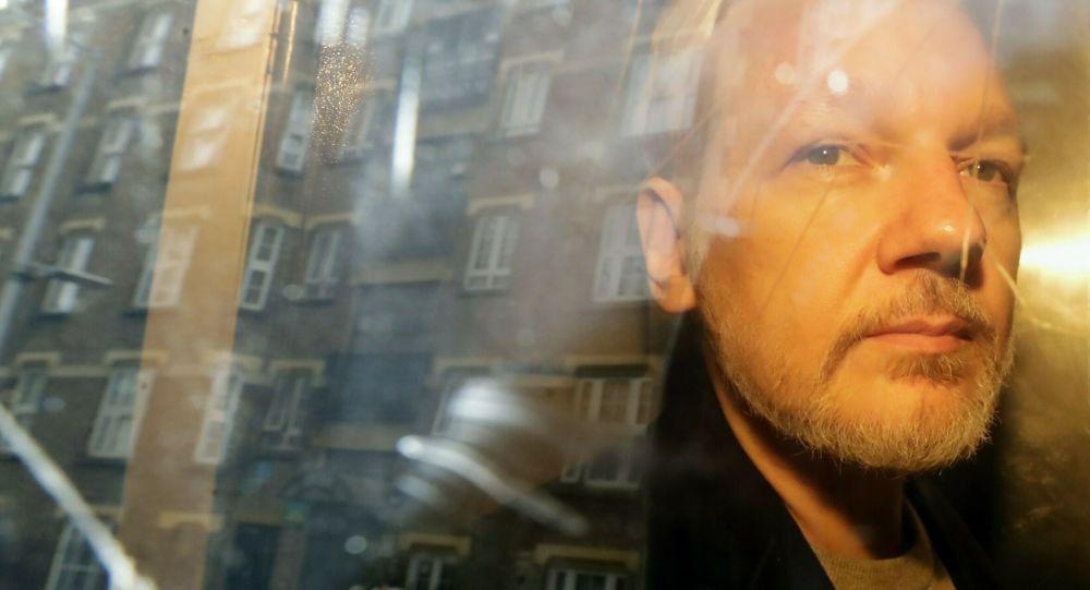 La fiancée d'Assange assure qu'il passe aux rayons X tous les matins