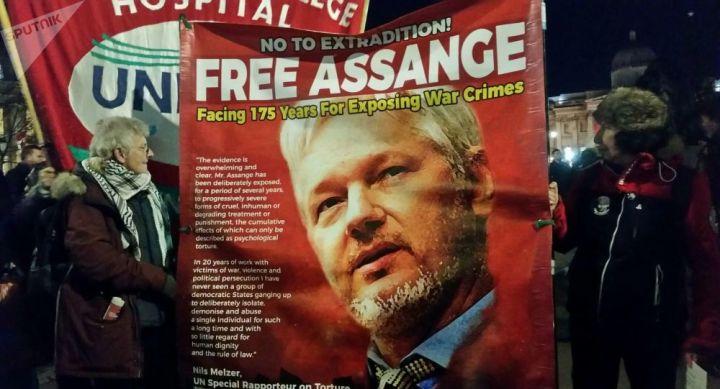 Trump propose de grâcier Assange à une condition