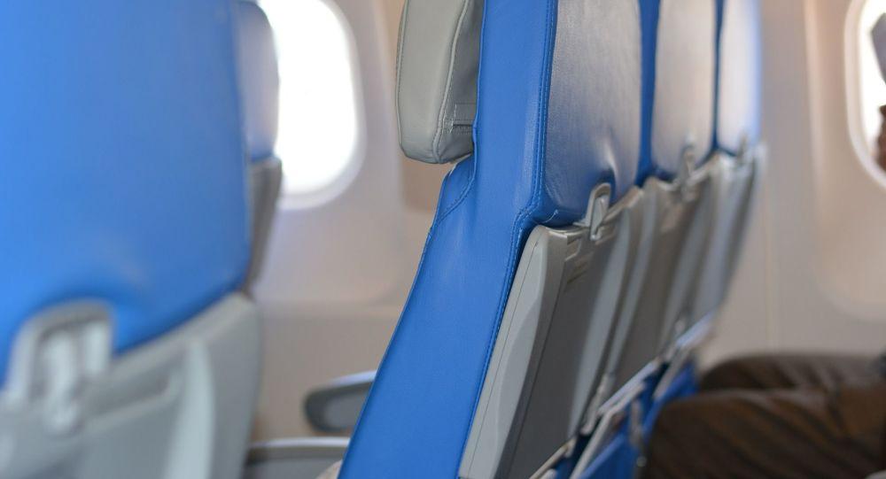 Le passager d'un avion s'enroule entièrement dans un film plastique pour se protéger et fait réagir - photo