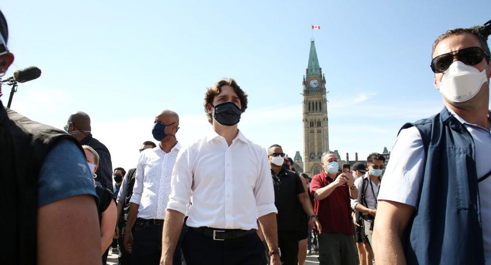 Justin Trudeau, un genou à terre avec des manifestants contre le racisme - images