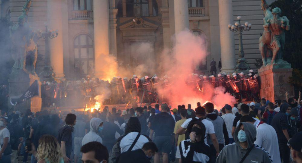 Une vague de manifestations et d'émeutes embrase la Serbie, des dizaines de blessés – images exclusives