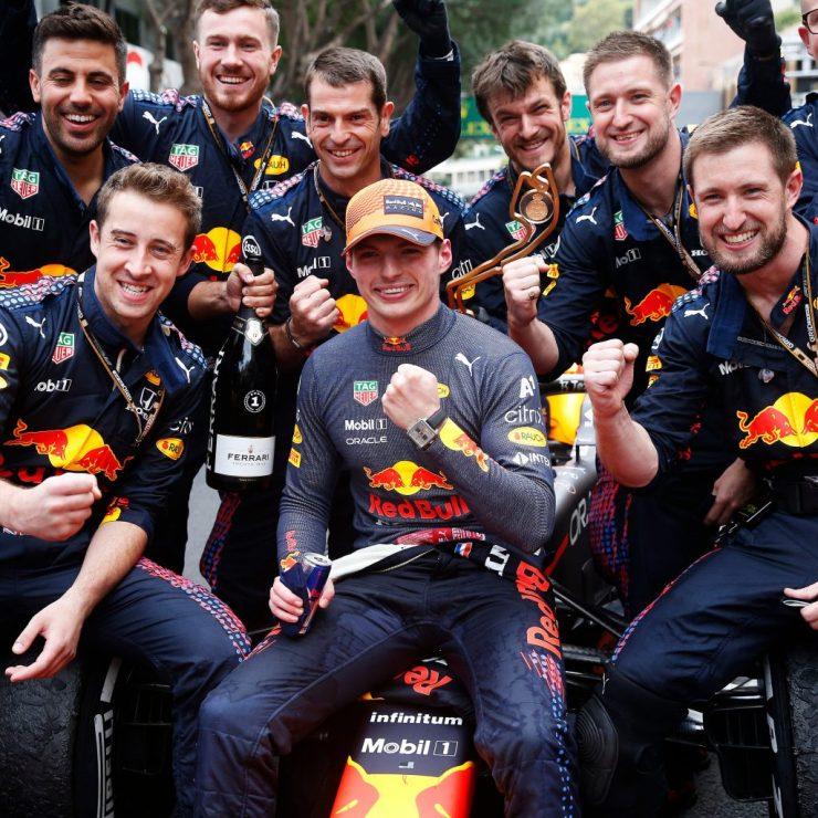 Verstappen comemora junto da equipe o primeiro ponto de virada da F1 em 2021, que aconteceu em Mônaco (Foto: reprodução/Twitter/@RedBullRacing)