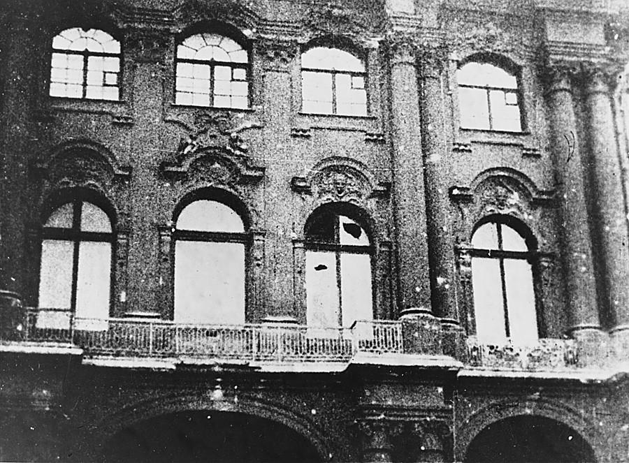 Daños provocados en el Palacio de Invierno tras el bombardeo.