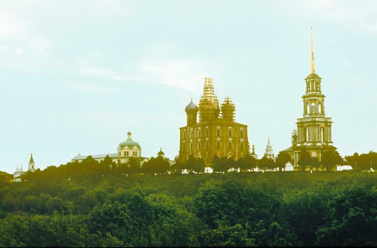 Ryazan Kremlin, northwest view. From left: Church of Holy Spirit, Archbishop's Palace, Cathedral of Nativity of Christ, Archangel Cathedral, Dormition Cathedral, Epiphany Church, Transfiguration Cathedral, bell tower. May 13, 1984.