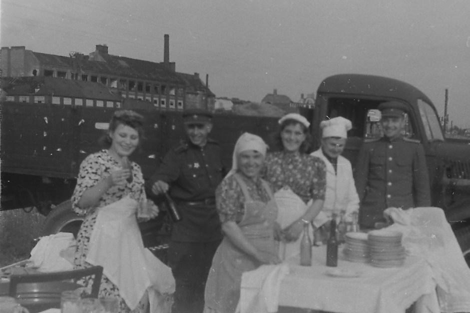 Ilya Arons.  Cocina de campo para camarógrafos y periodistas en el aeropuerto de Tempelhof