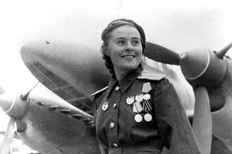 """María Dólina comandante de escuadrón del 125 regimiento femenino de aviación """"Heroína de la unión Soviética"""""""