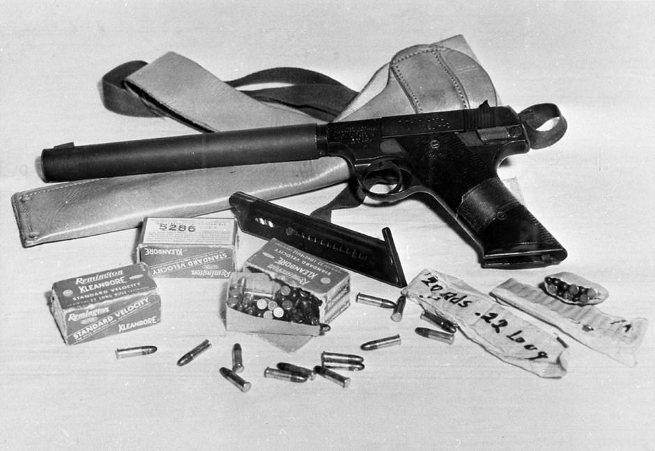Una pistola silenciada con cartuchos propiedad del piloto espía estadounidense Francis Gary Power.