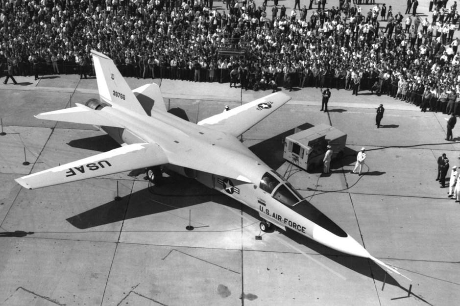 General Dynamics F-111A (SN 63-9768, tercer avión de preproducción) con alas desplegadas en el lanzamiento del avión el 15 de octubre de 1964.