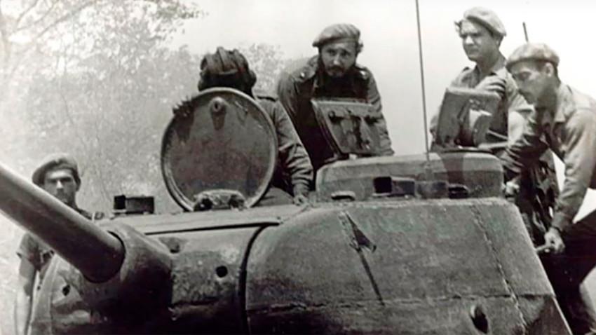 Fidel Castro, a lomos de un T-34, durante los combates en Playa Girón