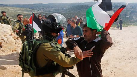 Los soldados israelíes detienen una protesta palestina contra nuevos asentamientos hebreos en Cisjordania