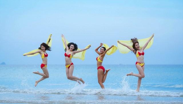 Azafatas en bikini, volar al desnudo, masajes y conciertos: las aerolíneas más alucinantes del mundo
