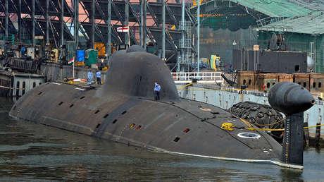 La sumergible Chakra bajo la insignia naval india