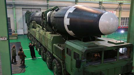 Kim Jong-un observa un misil balístico intercontinental Hwasong-15