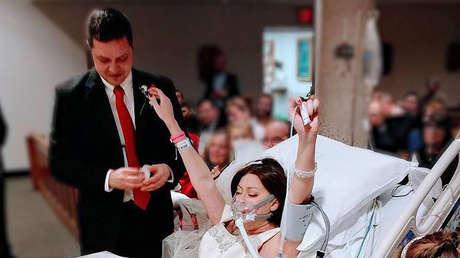 Heather Mosher casándose con David Mosher en el hospital St. Francis en Hartford, Connecticut, Estados Unidos, el 22 de diciembre de 2017.