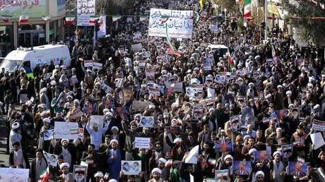 Manifestantes progubernamentales marchan en la ciudad santa de Qom, en Irán, el 3 de enero de 2018.