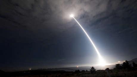 Un misil balístico intercontinental Minuteman III es lanzado desde la Base de la Fuerza Aérea Vandenberg, California, EE.UU., el 2 de agosto de 2017.
