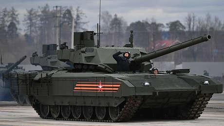 Tanque T-14 Armata durante el entrenamiento para el desfile militar de la fiesta de Victoria.