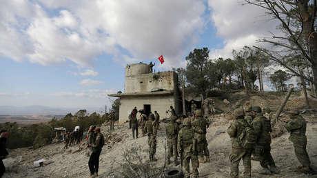 Las fuerzas turcas ondean una bandera en el noreste de Afrín