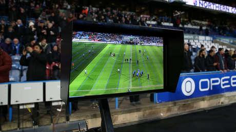 Vista general de una pantalla que forma parte del sistema de videoarbitraje. Estadio Kirklees (Reino Unido) el 17 de febrero de 2018.