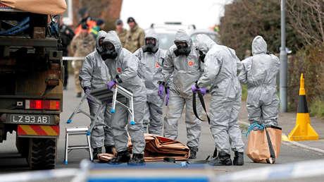 Personal militar británico trabaja para retirar un vehículo conectado al ataque del agente nervioso del 4 de marzo en Salisbury, el 14 de marzo de 2018.