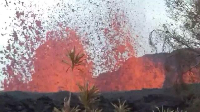 VIDEO: Llega a casa y ve fuentes de lava brotando cerca del jardín