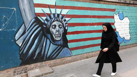 Una mujer frente a un mural en la pared de la antigua Embajada de Estados Unidos en Teherán, 8 de mayo de 2018.