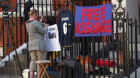 Partidarios de Julian Assange colocan mensajes de apoyo en las barandillas de la Embajada ecuatoriana en Londres (Reino Unido).