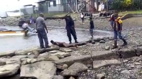 FUERTES IMÁGENES: Policías golpean brutalmente a un joven en Papúa Nueva Guinea y la Red se indigna