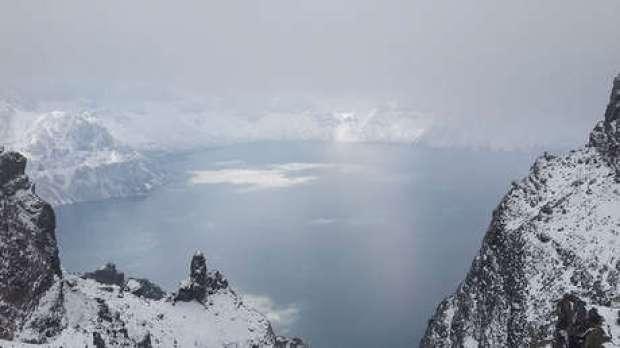 El Lago Tianchi o Chonji ubicado dentro de una caldera volcánica en las montañas Changbai, en la cima de la Montaña Baekdu, en China.