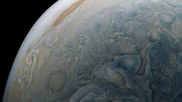 """FOTO: La sonda espacial Juno de la NASA fotografía un """"delfín"""" surcando las nubes de Júpiter"""