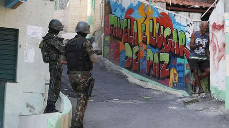 Soldados brasileños custodian el barrio Complexo de Penha, en Río de Janeiro. 23 de agosto de 2018.