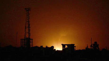 Fuego en lo que los activistas consideran una posición militar de fuerzas leales al Gobierno sirio tras enfrentamientos con Jaysh Al Islam en las montañas de Qalamun con vistas a Duma, Guta Oriental (Damasco, Siria), el 13 de septiembre de 2015.