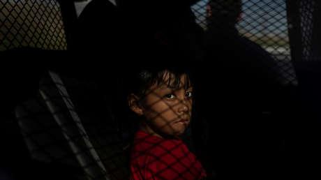 Una niña guatemalteca tras su aprehensión por cruzar ilegalmente la frontera en Nuevo México, EE.UU., en junio de 2018.