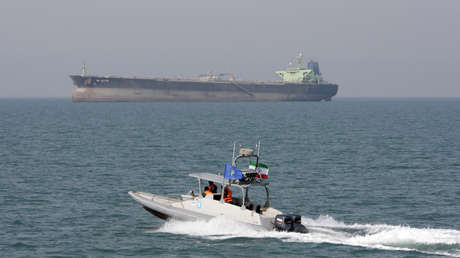 Una lancha rápida de la Guardia Revolucionaria de Irán cerca de un petrolero en el golfo Pérsico, 2 de julio de 2012.