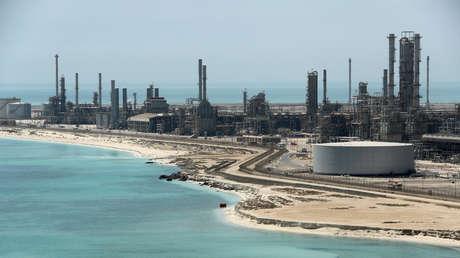 Vista general de la refinería y terminal petrolera Ras Tanura de Saudi Aramco en Arabia Saudita, 2018.