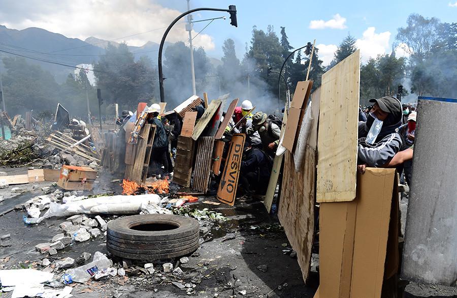 Gas lacrimógeno, represión policial y barricadas: Ecuador en protesta contra el 'paquetazo'-VerdadDigital.com-