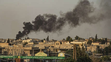 Humo después de que Turquía lanzara un ataque contra las fuerzas kurdas sirias, en Ras al-Ayn, Siria, el 9 de octubre de 2019
