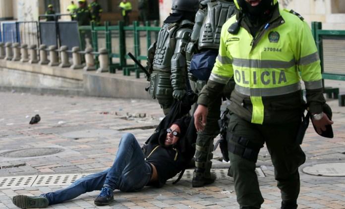 Un manifestante detenido durante la protesta en la Plaza de Bolívar, en Bogotá, Colombia, el 23 de noviembre de 2019.