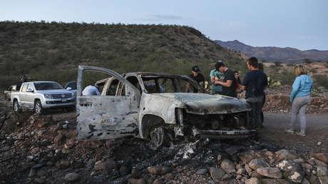 Miembros de la familia LeBarón miran el auto quemado donde fueron asesinados varios miembros en Bavispe, Sonora, México, 5 de noviembre de 2019.
