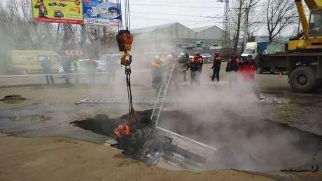 VIDEO: Momento exacto en que un coche con dos pasajeros cae en un agujero con agua hirviendo